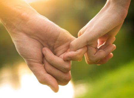Il modo in cui ti tiene per mano rivela molto sulla tua relazione!